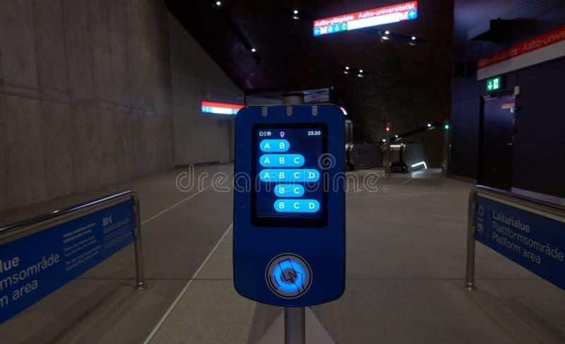 Lettore di schede di viaggio di HSL con le nuove zone di viaggio nell'area metropolitana di Helsinki fotografia stock libera da diritti