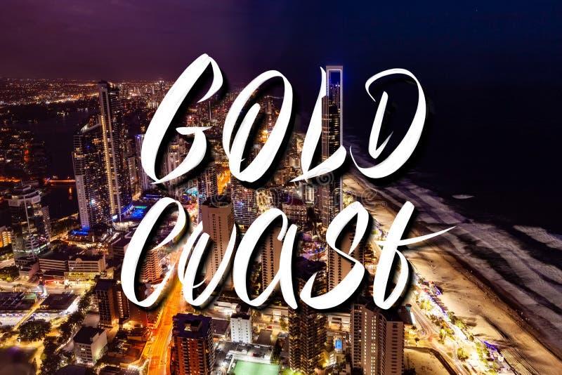 Lettrage de main de Gold Coast au-dessus d'horizon de ville de Paradise de surfers la nuit au Queensland, Australie image libre de droits