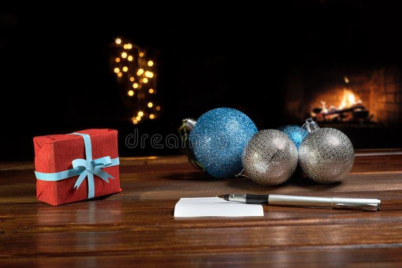 Lettre à Santa Claus près du cadeau et des bougies photos libres de droits