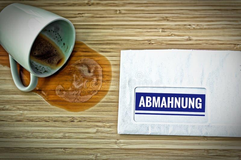 Lettre avec en l'allemand Achtung Abmahnung dans l'avertissement anglais d'une attention photos stock