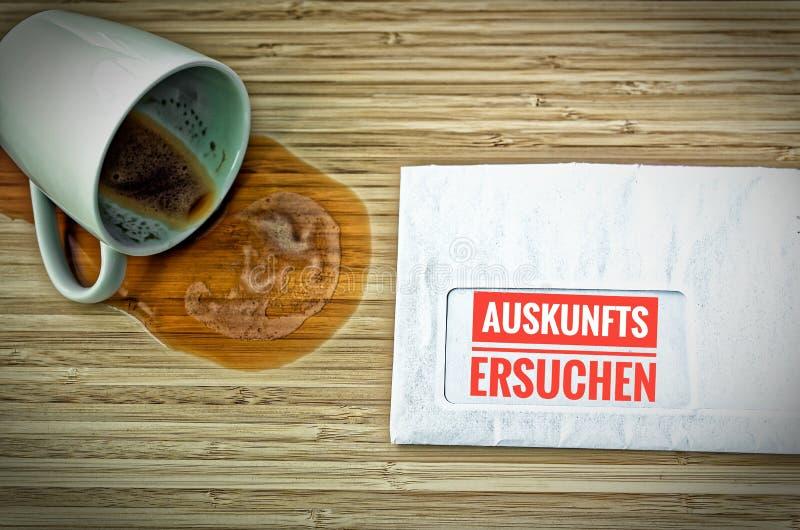 Lettre avec en l'allemand Auskunftsersuchen dans la demande de renseignements anglaise images libres de droits
