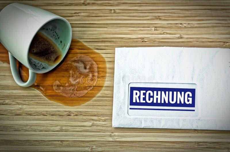 Lettre avec en l'allemand Rechnung dans la facture anglaise et une tasse de café vidée d'effroi image stock