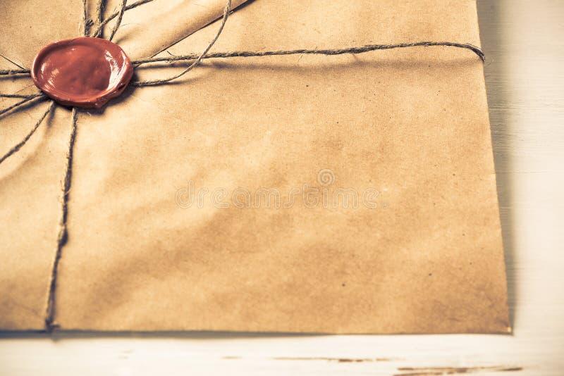Lettre avec le joint sur la table photos libres de droits
