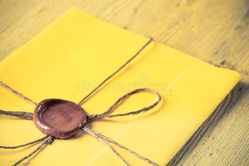 Lettre avec le joint sur la table images stock