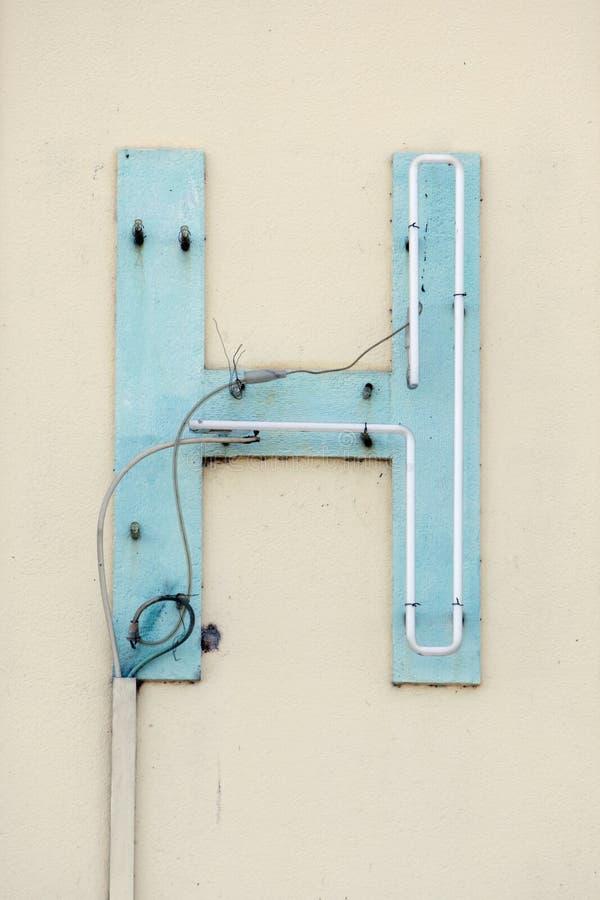 Lettre cassée H de signe au néon image libre de droits
