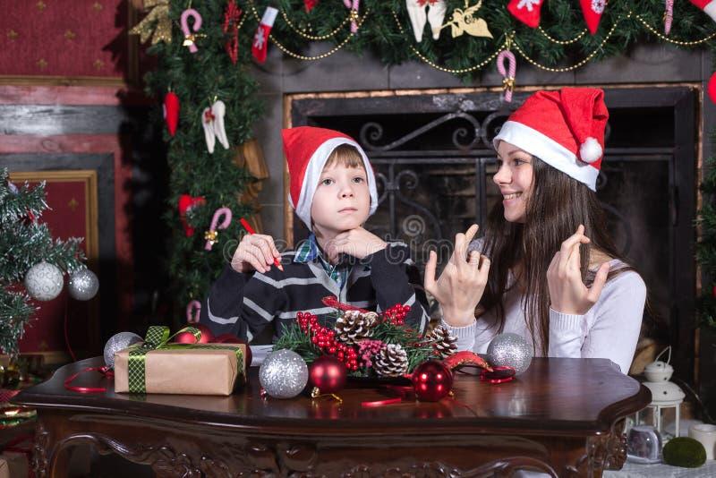 Lettre d'écriture de mère et de fils à Santa image stock