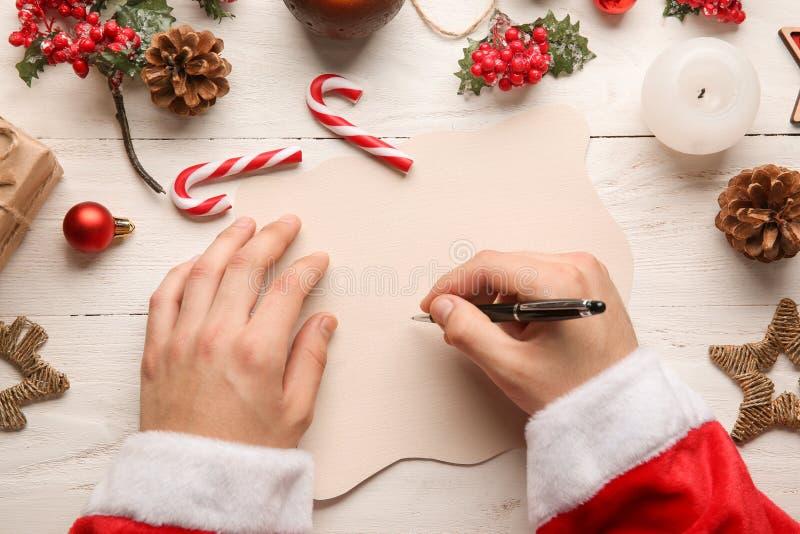 Lettre d'écriture de Santa Claus sur la table en bois photographie stock