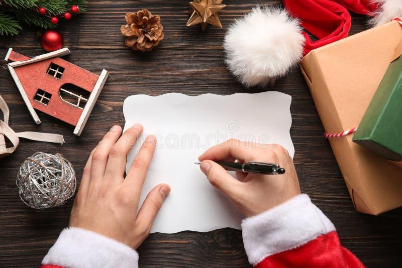 Lettre d'écriture de Santa Claus sur la table en bois image libre de droits