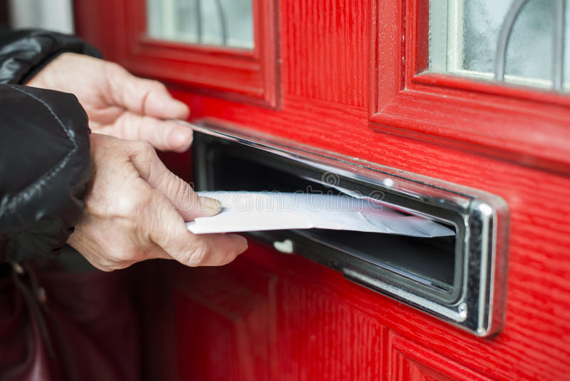 Lettre dans la boîte aux lettres photos stock