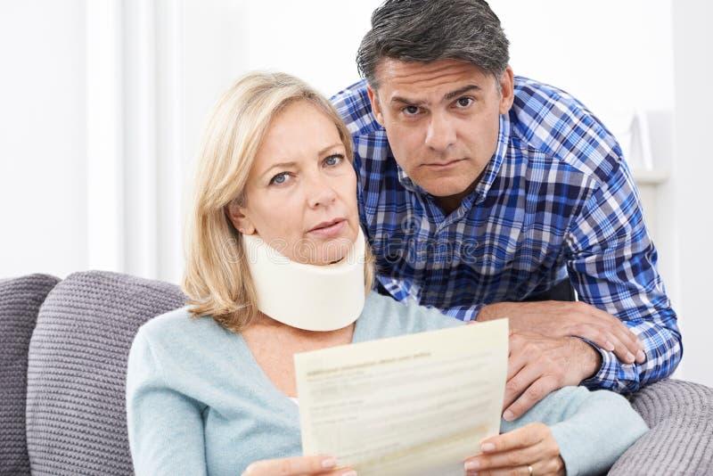 Lettre de lecture de couples au sujet de Woman& x27 ; blessure de s photos libres de droits