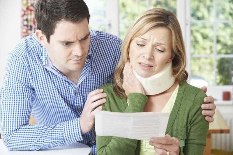 Lettre de lecture de couples en ce qui concerne la blessure du cou de l'épouse photo libre de droits