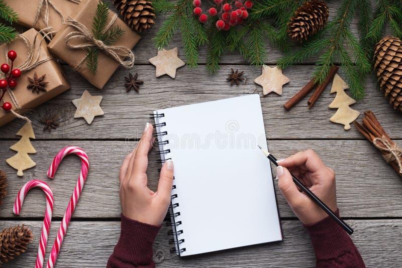 Lettre de Noël de femme sur le papier sur le fond en bois photos stock