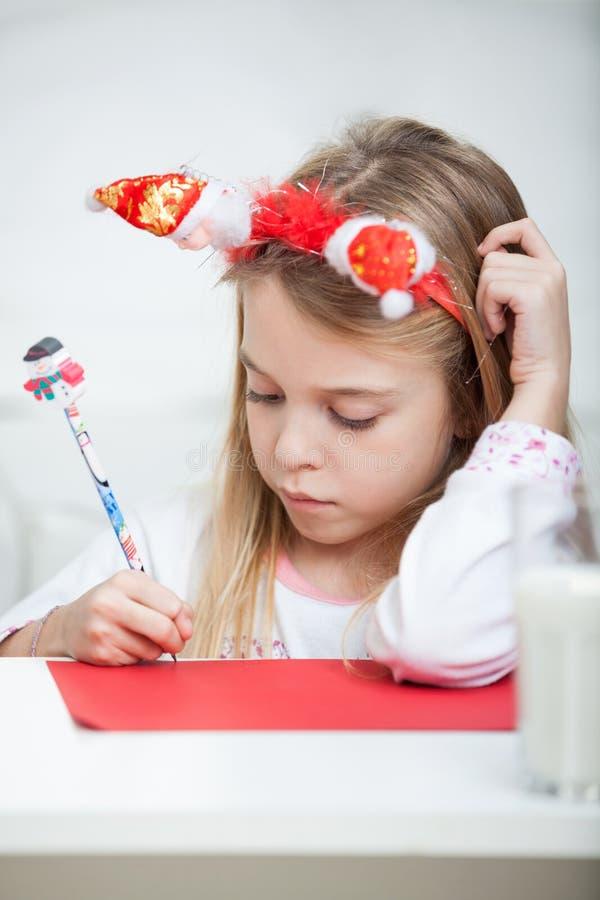 Lettre de port d'écriture de bandeau de fille à Santa photo libre de droits