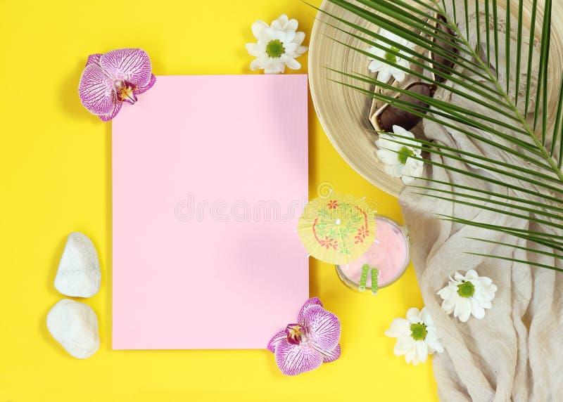 Lettre de rose de maquette d'été sur le fond jaune photos stock