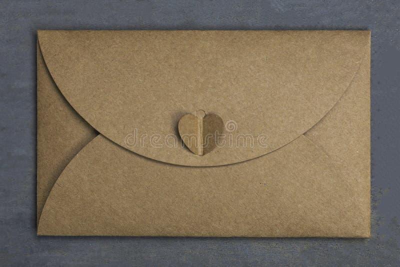 Lettre de Saint Valentin Enveloppe de papier de métier avec le coeur là-dessus, sur le fond en bois amoureux photographie stock libre de droits