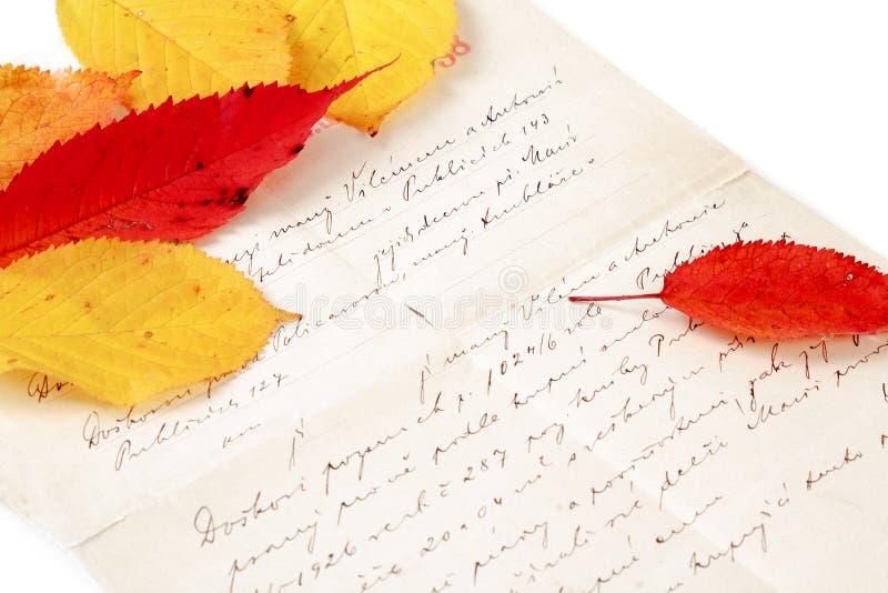 Lettre manuscrite avec des feuilles d'automne images libres de droits