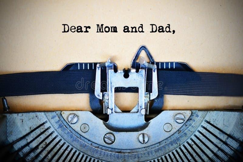 Lettre pour des parents commençant par le cher texte de maman et de papa dactylographié par la machine de machine à écrire de cru images libres de droits