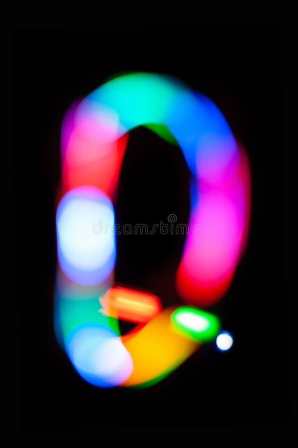 Lettre Q Lettres rougeoyantes sur le fond foncé Peinture légère abstraite la nuit Bokeh coloré artistique créatif An neuf image stock