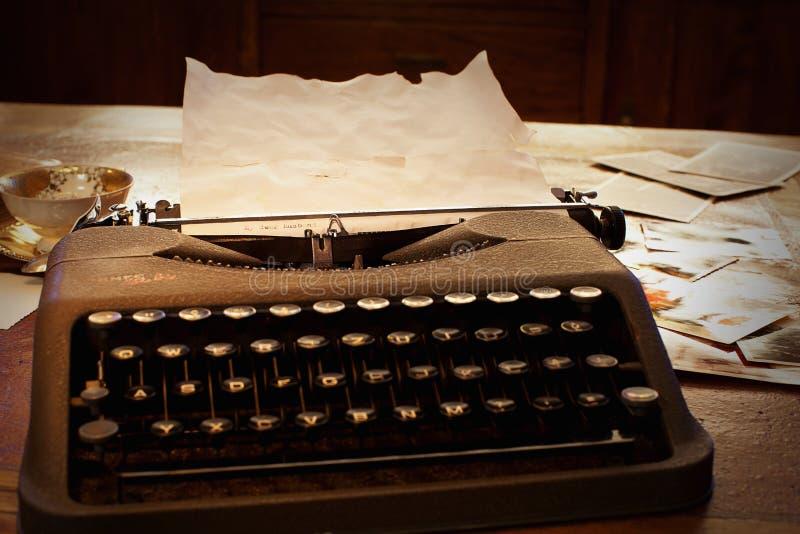 Lettre sur une vieille machine à écrire photos libres de droits