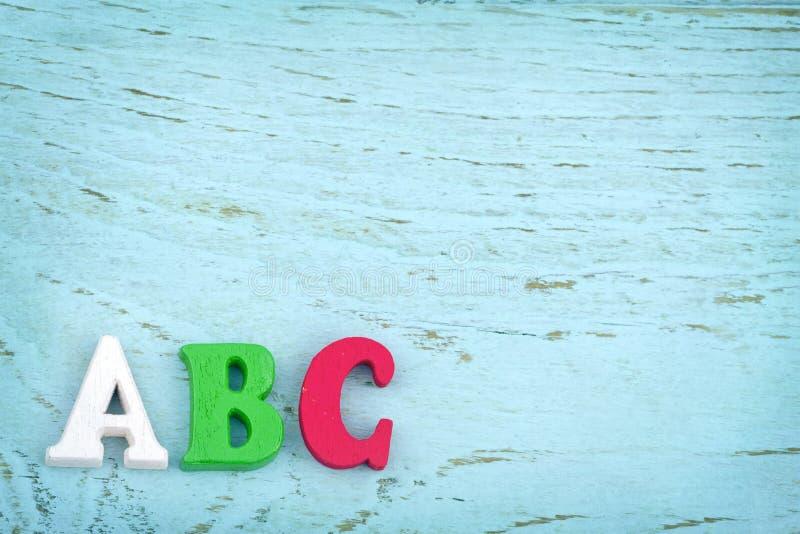 Lettres ABC sur le fond en bois bleu-clair photographie stock