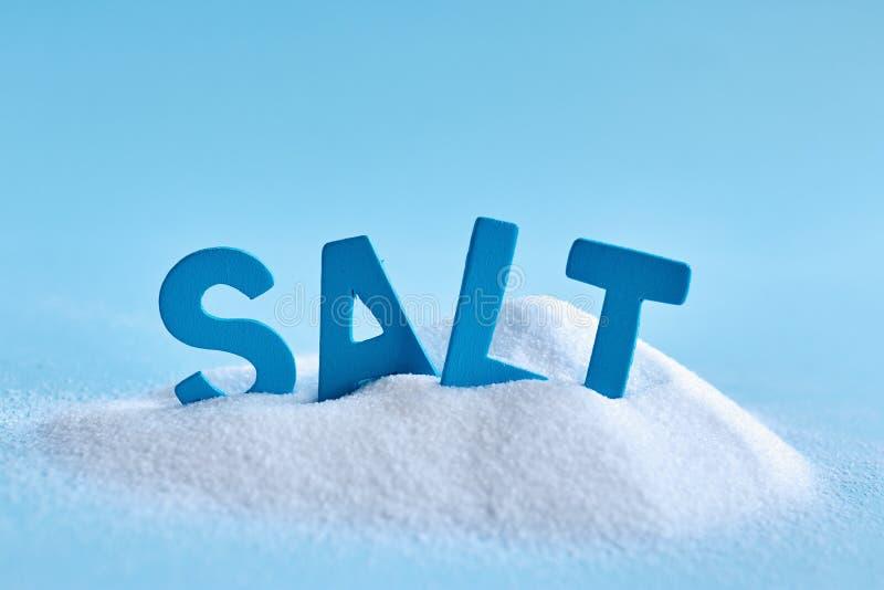 Lettres bleues orthographiant le sel de mot image stock