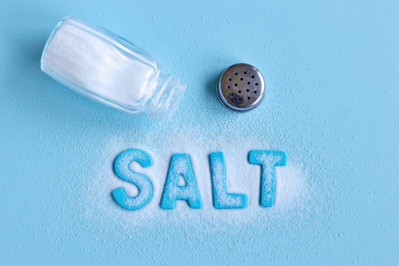 Lettres bleues orthographiant le sel de mot et le dispositif trembleur de sel photos libres de droits