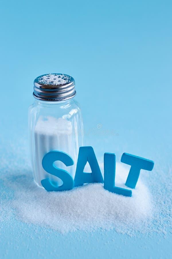 Lettres bleues orthographiant le sel de mot et le dispositif trembleur de sel photographie stock