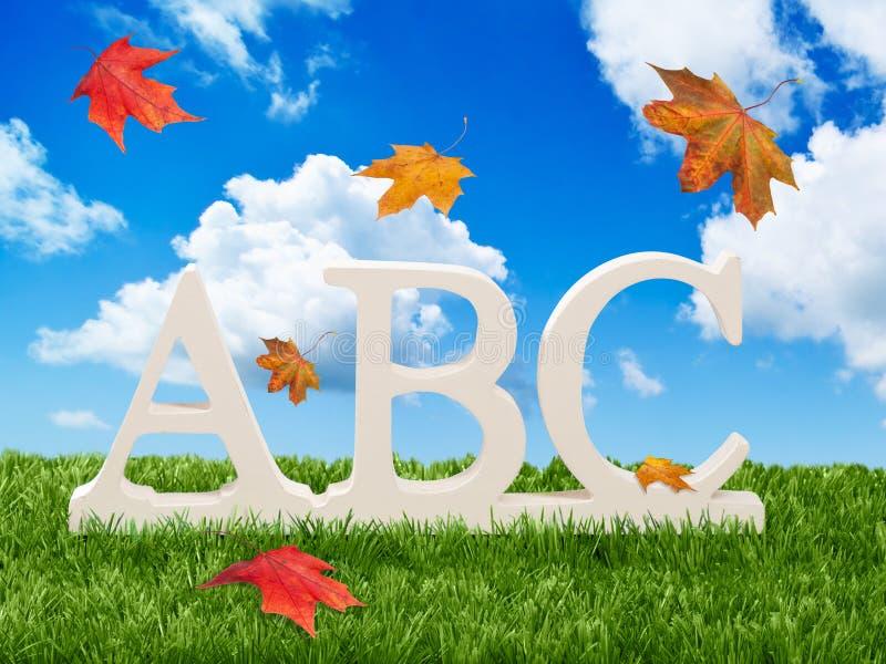 Lettres d'ABC avec des lames d'automne photographie stock libre de droits