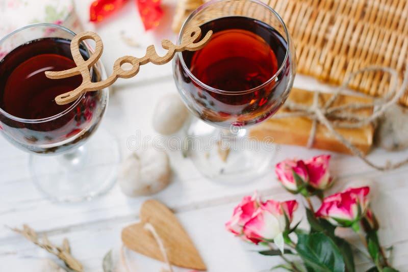 Lettres d'amour se tenant au-dessus des verres de vin - concept de Saint-Valentin photo libre de droits