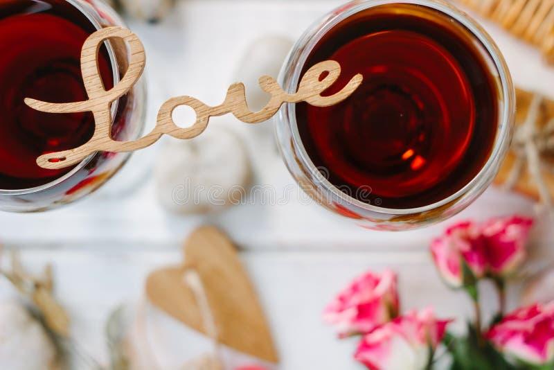 Lettres d'amour se tenant au-dessus des verres de vin - concept de Saint-Valentin images libres de droits