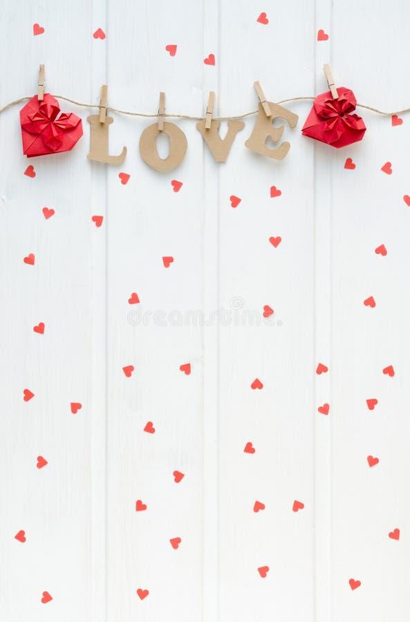 Lettres d'AMOUR sur le fond blanc avec les coeurs rouges photos stock
