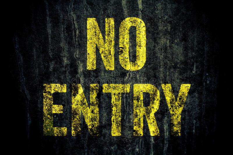 """lettres d'avertissement de jaune de connexion de  d'Entry†d'""""No peintes au-dessus du mur en béton gris sale foncé images stock"""