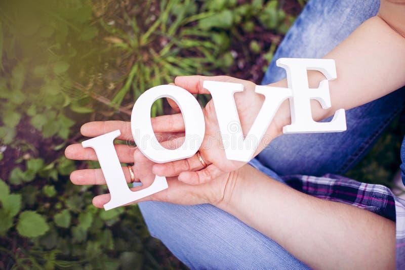 Lettres en bois avec l'amour de mot photo stock