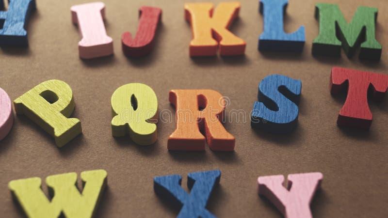 Lettres en bois colorées sur fond de bois photo stock