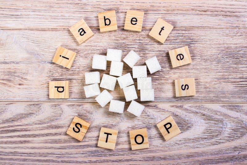 Lettres en bois de bloc d'arrêt de diabète avec du sucre raffiné photos stock