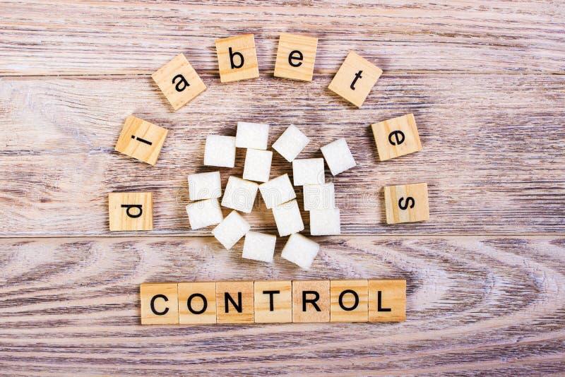 Lettres en bois de bloc de gestion de diabète avec du sucre raffiné images libres de droits