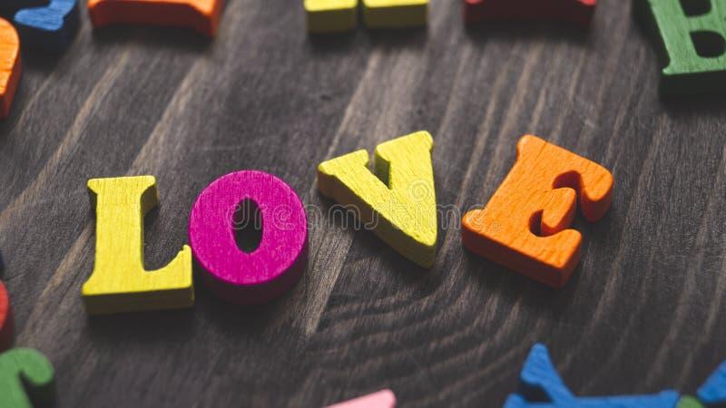 Lettres en bois formant le mot LOVE images stock