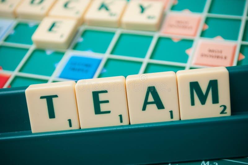 Lettres en plastique formant l'équipe de mots sur le jeu de société Scrabble photographie stock libre de droits