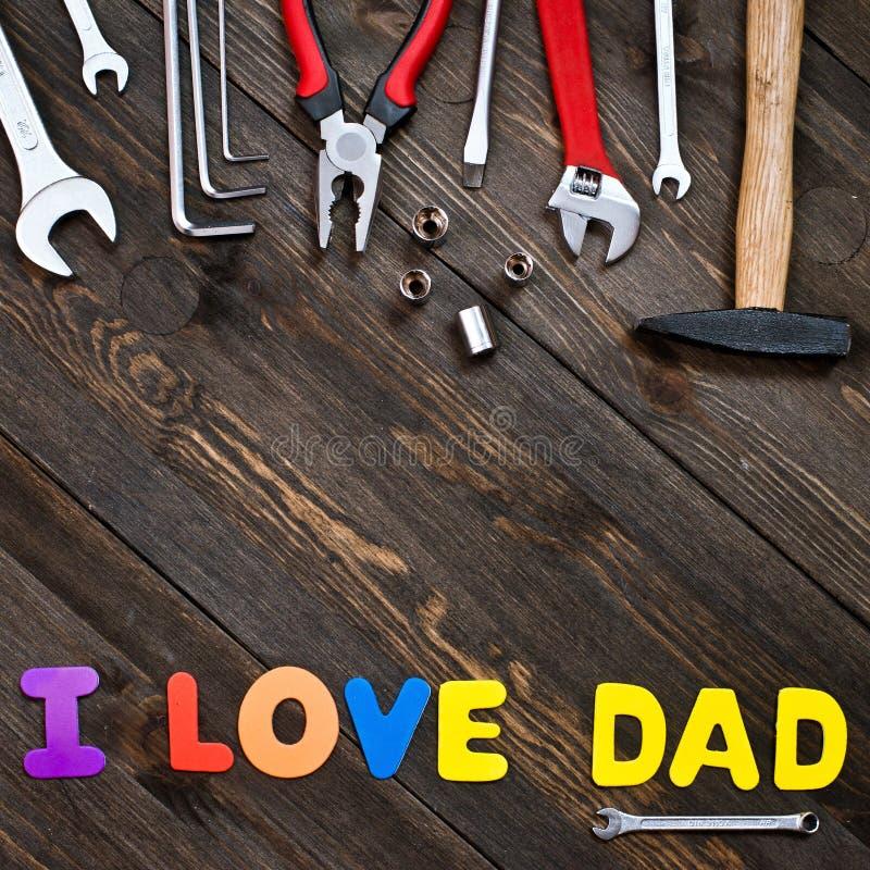 Lettres et jour de père en bois de fond d'outils photos libres de droits