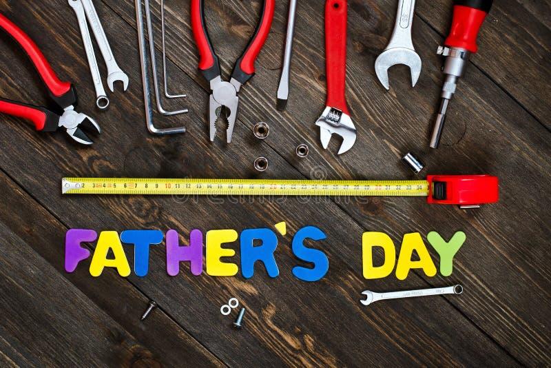 Lettres et jour de père en bois de fond d'outils images stock