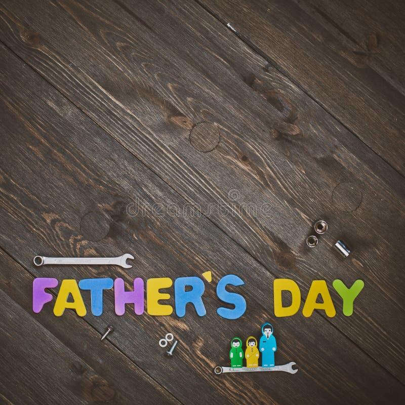 Lettres et jour de père en bois de fond d'outils image libre de droits