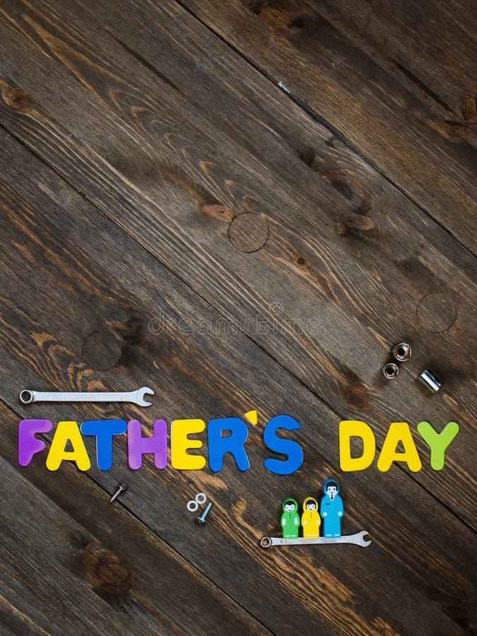 Lettres et jour de père en bois de fond d'outils image stock
