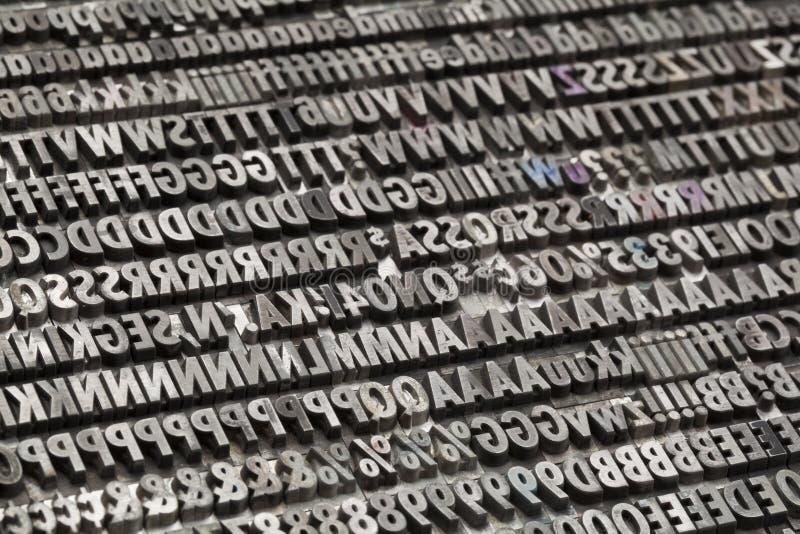 Lettres et numéros en métal de cru images libres de droits