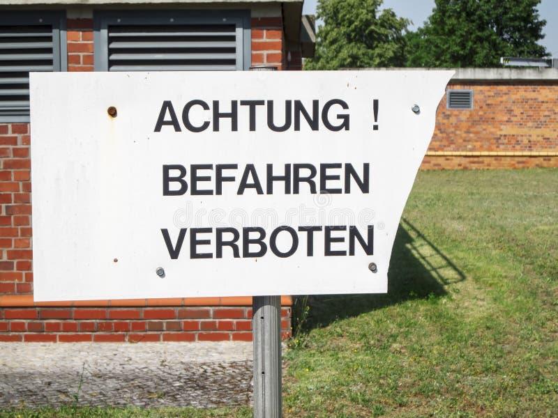 Lettres germanophones des signes interdits de trafic d'attention photos stock