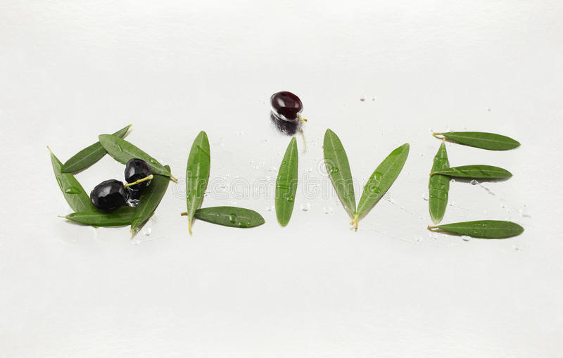 Lettres olives et olives avec le chemin image stock
