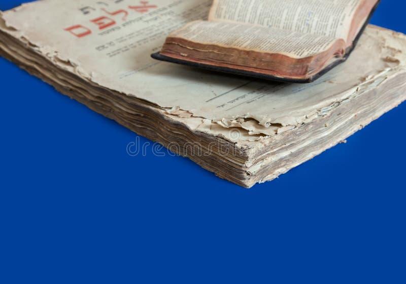 Lettres Yiddishs juives d'isolement bleues de bible de Talmud de fond de cru de couverture de vieux livre image libre de droits