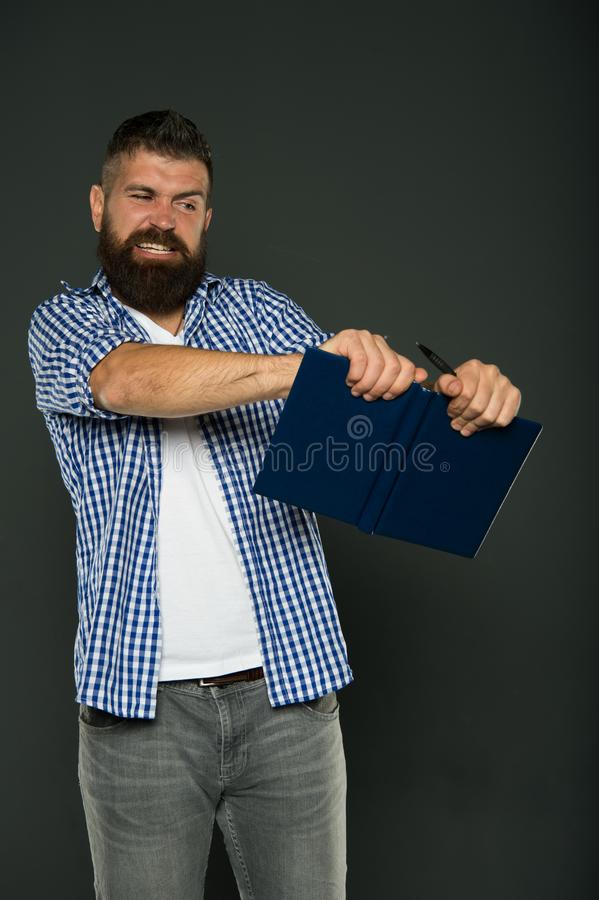Lettura arrabbiata di odio dell'uomo Ammalato e faticoso Cura della barba e dei capelli Cura maschio del barbiere Pantaloni a vit fotografia stock libera da diritti