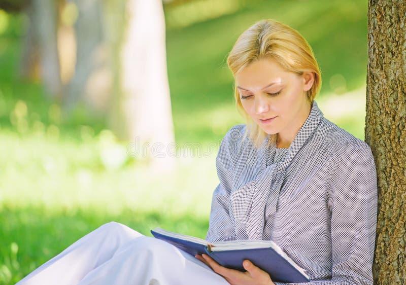 Lettura dei libri d'ispirazione Libri che superiori della lista del bestseller ogni ragazza dovrebbe leggere Rilassi lo svago un  immagini stock libere da diritti