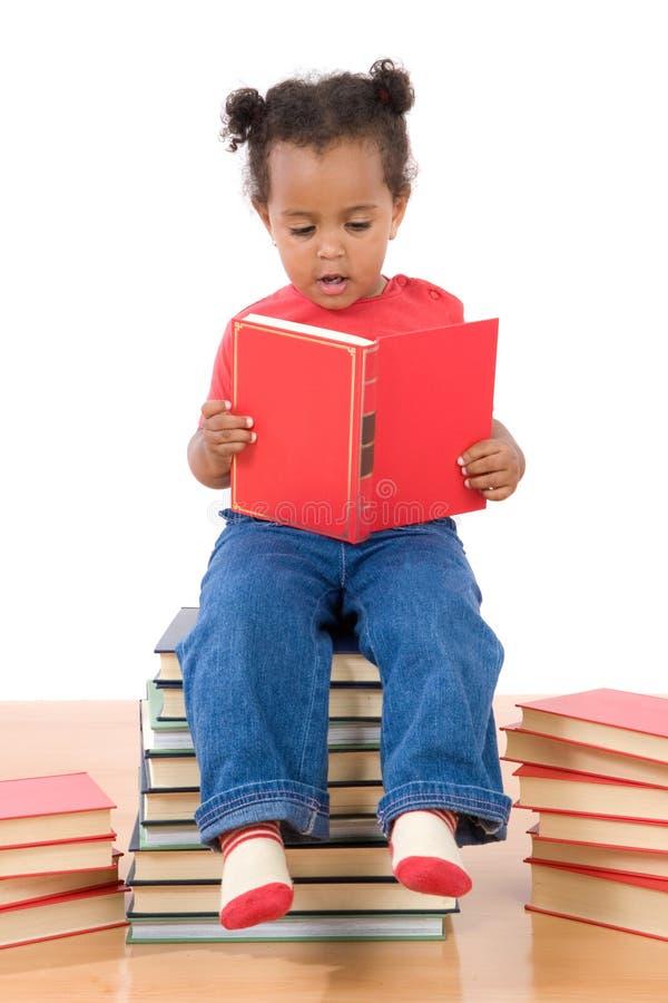 Lettura Del Bambino Che Si Siede Su Un Mucchio Dei Libri Immagini Stock Libere da Diritti