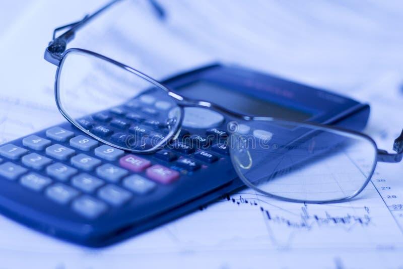 Lettura del grafico finanziario fotografia stock libera da diritti